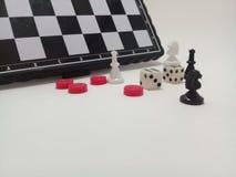 Κομμάτια και πίνακας σκακιού στοκ εικόνα