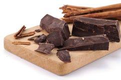 κομμάτια κανέλας σοκολάτας χαρτονιών ξύλινα Στοκ Φωτογραφίες