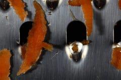 Κομμάτια καρότων σε έναν ξύστη Στοκ Εικόνα