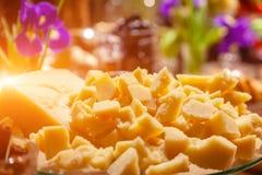 Κομμάτια κινηματογραφήσεων σε πρώτο πλάνο της ιταλικής παρμεζάνας σκληρών τυριών στο banguet Δοκιμή έννοιας στο εργοστάσιο τυριών στοκ εικόνες
