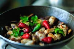 Κομμάτια κοτόπουλου που τηγανίζουν στο τηγάνι ή τον ξένο Στοκ Φωτογραφίες