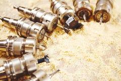 Κομμάτια ξυλουργικής για τη μηχανή δρομολογητών στο πριονίδι στοκ φωτογραφίες