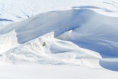 Κομμάτια πάγου και μεγάλα snowdrifts μια ηλιόλουστη χειμερινή ημέρα Στοκ φωτογραφία με δικαίωμα ελεύθερης χρήσης