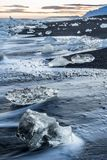 Κομμάτια πάγου σε μια μαύρη παραλία στοκ φωτογραφίες