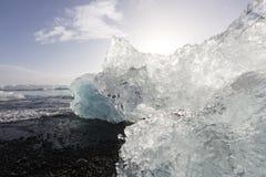 Κομμάτια παγόβουνων στην παραλία διαμαντιών, κοντά στη λιμνοθάλασσα Jokulsarlon Στοκ εικόνα με δικαίωμα ελεύθερης χρήσης