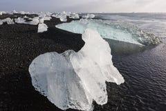 Κομμάτια παγόβουνων στην παραλία διαμαντιών, κοντά στη λιμνοθάλασσα Jokulsarlon Στοκ Φωτογραφίες