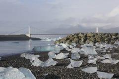 Κομμάτια παγόβουνων στην παραλία διαμαντιών, κοντά στη λιμνοθάλασσα Jokulsarlon Στοκ Εικόνες