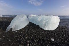 Κομμάτια παγόβουνων στην παραλία διαμαντιών, κοντά στη λιμνοθάλασσα Jokulsarlon Στοκ Εικόνα