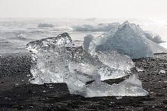 Κομμάτια παγόβουνων στην παραλία διαμαντιών, κοντά στη λιμνοθάλασσα Jokulsarlon Στοκ Φωτογραφία
