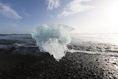 Κομμάτια παγόβουνων στην παραλία διαμαντιών, κοντά στη λιμνοθάλασσα Jokulsarlon, Icelan Στοκ φωτογραφία με δικαίωμα ελεύθερης χρήσης