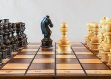Κομμάτια παιχνιδιών σκακιού στον πίνακα Στοκ φωτογραφία με δικαίωμα ελεύθερης χρήσης