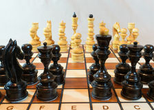Κομμάτια παιχνιδιών σκακιού στον πίνακα Στοκ Εικόνα