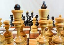 Κομμάτια παιχνιδιών σκακιού στον πίνακα Στοκ εικόνες με δικαίωμα ελεύθερης χρήσης
