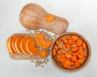 Κομμάτια περικοπών της κολοκύθας σε έναν ξύλινο πίνακα Συγκομιδή, φρέσκο λαχανικό, συστατικό πιάτο ξύλινο τρόφιμα μπουλεττών ανασ Στοκ φωτογραφίες με δικαίωμα ελεύθερης χρήσης