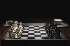 Κομμάτια σκακιού στη σκακιέρα Σκοτεινοί υπόβαθρο και καπνός στοκ φωτογραφία με δικαίωμα ελεύθερης χρήσης