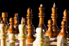 Κομμάτια σκακιού στη σκακιέρα Στοκ φωτογραφία με δικαίωμα ελεύθερης χρήσης