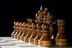 Κομμάτια σκακιού στο χαρτόνι σκακιού Στοκ φωτογραφία με δικαίωμα ελεύθερης χρήσης