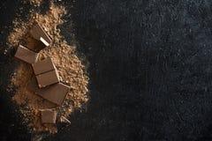 Κομμάτια σοκολάτας και σκόνη κακάου Στοκ Εικόνα