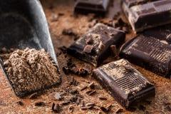 Κομμάτια σοκολάτας στη σκόνη σοκολάτας Στοκ φωτογραφία με δικαίωμα ελεύθερης χρήσης