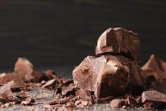 Κομμάτια σοκολάτας σε ένα σκοτεινό backround στοκ εικόνες με δικαίωμα ελεύθερης χρήσης