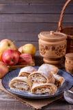 Κομμάτια σπιτικό strudel μήλων με την κονιοποιημένη ζάχαρη στοκ φωτογραφία