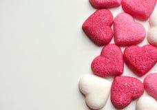 Κομμάτια της ζάχαρης με τις μορφές καρδιών στην άσπρη ανασκόπηση στοκ φωτογραφίες με δικαίωμα ελεύθερης χρήσης