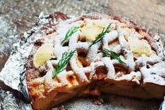 Κομμάτια της πίτας μήλων που ψεκάζεται με την κονιοποιημένη ζάχαρη Τοπ όψη Σπιτικές διακοσμημένες φέτες κέικ μήλων περικοπών του  Στοκ Φωτογραφία