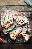 Κομμάτια της πίτας μήλων που ψεκάζεται με την κονιοποιημένη ζάχαρη Τοπ όψη Σπιτικές διακοσμημένες φέτες κέικ μήλων περικοπών του  Στοκ εικόνες με δικαίωμα ελεύθερης χρήσης