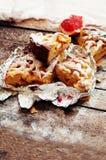 Κομμάτια της πίτας μήλων που ψεκάζεται με την κονιοποιημένη ζάχαρη Το σπιτικό κέικ μήλων περικοπών διακόσμησε τις φέτες του λεμον Στοκ Εικόνες