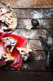 Κομμάτια της πίτας μήλων που ψεκάζεται με την κονιοποιημένη ζάχαρη στην κόκκινη πετσέτα Τοπ όψη Σπιτικό κέικ μήλων περικοπών που  Στοκ φωτογραφία με δικαίωμα ελεύθερης χρήσης
