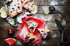 Κομμάτια της πίτας μήλων που ψεκάζεται με την κονιοποιημένη ζάχαρη στην κόκκινη πετσέτα Τοπ όψη Σπιτικό κέικ μήλων περικοπών που  Στοκ Εικόνα