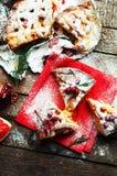 Κομμάτια της πίτας μήλων που ψεκάζεται με την κονιοποιημένη ζάχαρη στην κόκκινη πετσέτα Τοπ όψη Σπιτικό κέικ μήλων περικοπών που  Στοκ εικόνα με δικαίωμα ελεύθερης χρήσης