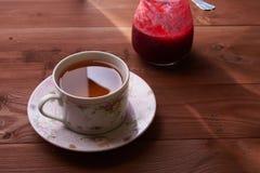Κομμάτια της πίτας μήλων σε ένα πιάτο με το τσάι Στοκ Φωτογραφίες