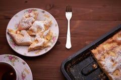 Κομμάτια της πίτας μήλων σε ένα πιάτο Στοκ εικόνες με δικαίωμα ελεύθερης χρήσης