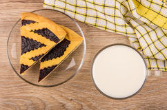 Κομμάτια της πίτας μυρτίλλων στο διαφανές πιατάκι, φλυτζάνι του γάλακτος Στοκ Εικόνες