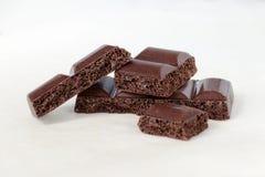 Κομμάτια της πορώδους σοκολάτας σε ένα άσπρο υπόβαθρο Στοκ Εικόνα