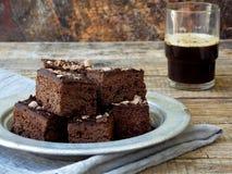 Κομμάτια της σοκολάτας κέικ brownies στο ξύλινο υπόβαθρο ψήσιμο σπιτικό διάστημα αντιγράφων Στοκ Εικόνα