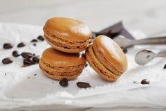 Κομμάτια της σοκολάτας με τα χαλαρά φασόλια καφέ και του καφέ αρωματικού Στοκ εικόνες με δικαίωμα ελεύθερης χρήσης