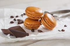 Κομμάτια της σοκολάτας με τα χαλαρά φασόλια καφέ και του καφέ αρωματικού Στοκ Φωτογραφία