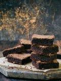 Κομμάτια της σοκολάτας κέικ brownies στο ξύλινο υπόβαθρο Εκλεκτική εστίαση διάστημα αντιγράφων Στοκ εικόνα με δικαίωμα ελεύθερης χρήσης