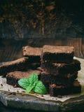 Κομμάτια της σοκολάτας κέικ brownies στο ξύλινο υπόβαθρο Εκλεκτική εστίαση Στοκ Φωτογραφία