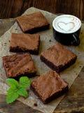 Κομμάτια της σοκολάτας κέικ brownies στο ξύλινο υπόβαθρο Εκλεκτική εστίαση Στοκ εικόνα με δικαίωμα ελεύθερης χρήσης