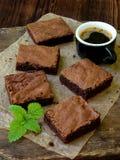 Κομμάτια της σοκολάτας κέικ brownies στο ξύλινο υπόβαθρο Εκλεκτική εστίαση Στοκ φωτογραφία με δικαίωμα ελεύθερης χρήσης