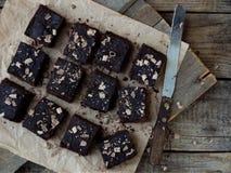 Κομμάτια της σοκολάτας κέικ brownies στο ξύλινο υπόβαθρο Εκλεκτική εστίαση Στοκ Εικόνες