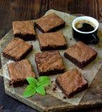 Κομμάτια της σοκολάτας κέικ brownies στο ξύλινο υπόβαθρο Στοκ εικόνα με δικαίωμα ελεύθερης χρήσης