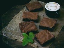 Κομμάτια της σοκολάτας κέικ brownies στο ξύλινο υπόβαθρο Στοκ φωτογραφία με δικαίωμα ελεύθερης χρήσης
