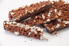 Κομμάτια της σοκολάτας με το βρασμένο στον ατμό ρύζι σε ένα άσπρο υπόβαθρο Στοκ εικόνες με δικαίωμα ελεύθερης χρήσης