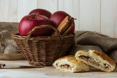 Κομμάτια της σπιτικής πίτας μήλων και των φρέσκων οργανικών συστατικών Στοκ φωτογραφία με δικαίωμα ελεύθερης χρήσης