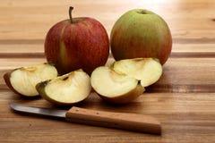 Κομμάτια της Apple με δύο ολόκληρα μήλα Στοκ φωτογραφίες με δικαίωμα ελεύθερης χρήσης