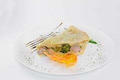 Κομμάτια του λάχανου κρέατος πιτών, τυρί, άσπρο backgr καρότων Στοκ Εικόνες